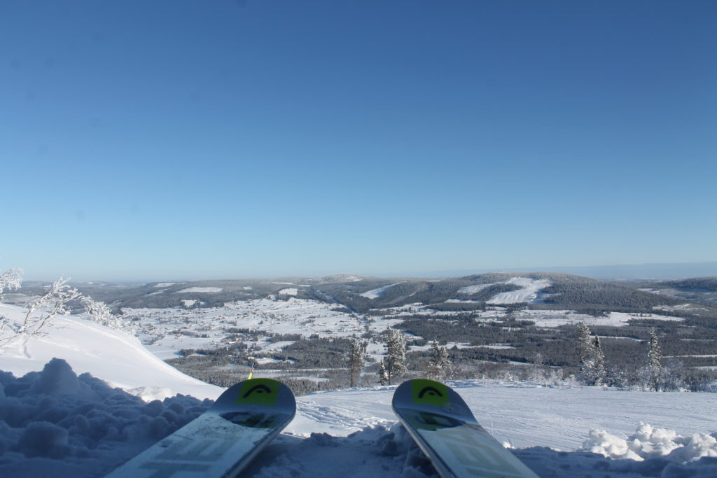 Alpinskidåkning med Klövsjö by i bakgrunden.